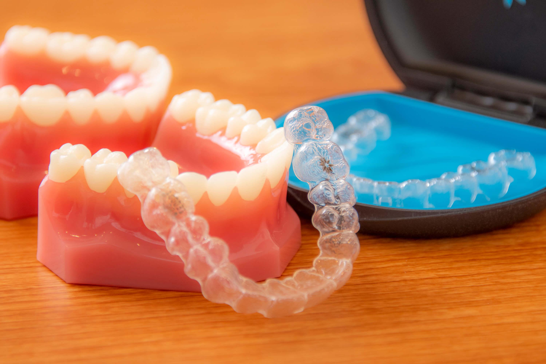 透明で目立ちづらい矯正「マウスピース型矯正歯科装置(インビザライン)」